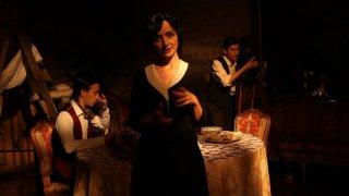 Registe - dialogando su una lametta: Maria de Medeiros in una scena del docu-film