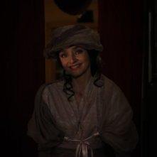 Registe - dialogando su una lametta: Maria de Medeiros sorridente in una scena