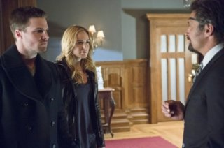 Arrow: Stephen Amell, Caity Lotz e Manu Bennett in una scena dell'episodio The Promise