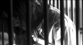 Miss Zombie: Ayaka Komatsu nella sua gabbia