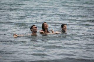 Noi 4: Fabrizio Gifuni, Lucrezia Guidone e Francesco Bracci in una scena familiare del film
