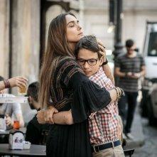 Noi 4: Lucrezia Guidone e Francesco Bracci in una tenera scena del film