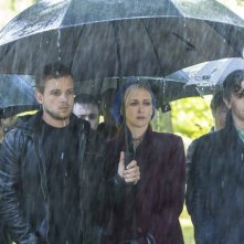 Bates Motel: Vera Farmiga, Freddie Highmore e Max Thieriot in una scena dell'episodio Gone But Not Forgotten