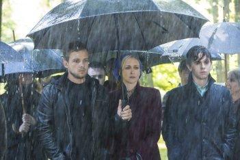 Bates Motel: Vera Farmiga, Freddie Highmore e Max Thieriot in una scena dell'episodio Gone But Not Forgotten