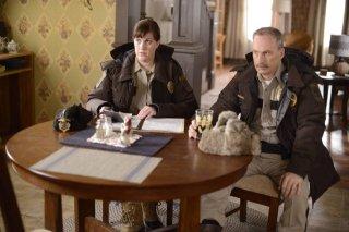 Fargo: Bob Odenkirk ed Allison Tolman in una scena