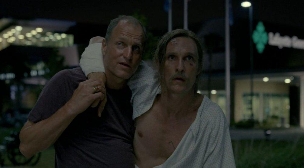 Matthew McConaughey e Woody Harrelson in una scena dell'episodio 8 di True Detective, Form and Void