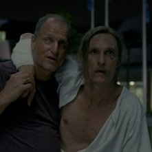 Matthew McConaughey e Woody Harrelson in una scena dell'episodio 8 di True Detective, Form and Void