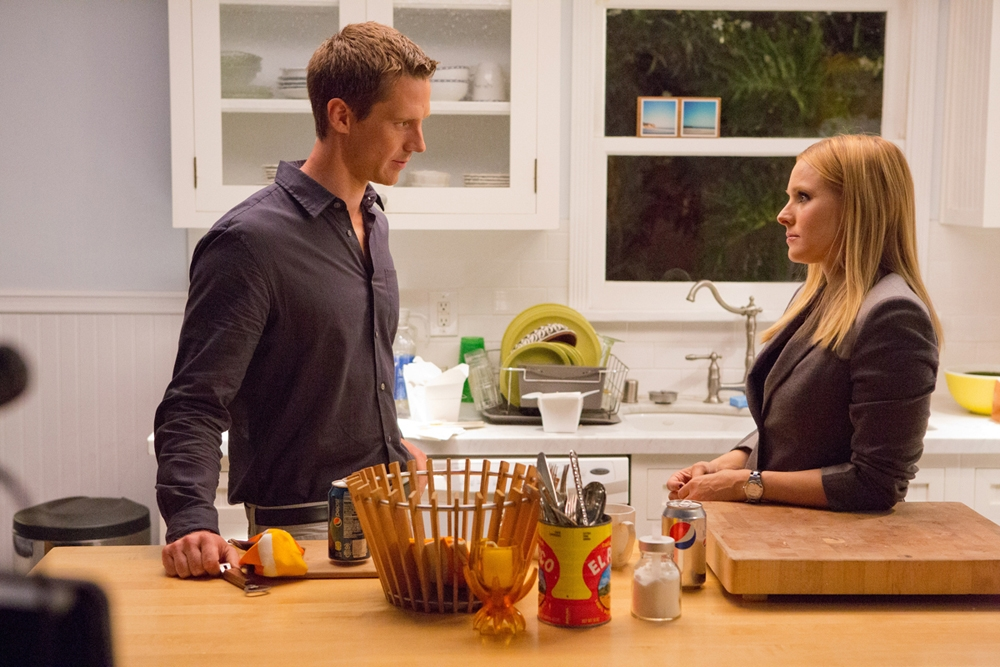 Veronica Mars: Jason Dohring insieme a Kristen Bell in una scena del film