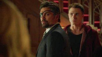 Arrow: Colton Haynes e Manu Bennett in una scena dell'episodio The Promise