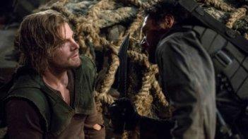 Arrow: Stephen Amell e Manu Bennett in una scena dell'episodio The Promise