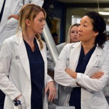 Grey's Anatomy: Ellen Pompeo e Sandra Oh in una scena dell'episodio You've Got to Hide Your Love Away