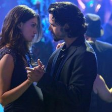 The Originals: Nathan Parsons con Phoebe Tonkin in una scena dell'episodio Moon Over Bourbon Street