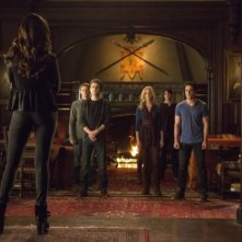 The Vampire Diaries: Katherine Back, Paul Wesley, Zach Roerig, Michael Trevino, Candice Accola, Nina Dobrev e Blake Tyers nell'episodio Gone Girl