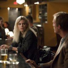 Transcendence: Paul Bettany e Kate Mara al bar