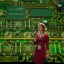 Transcendence: Rebecca Hall al microfono durante una conferenza scientifica
