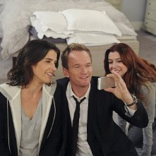 How I Met Your Mother: Cobie Smulders, Alyson Hannigan e Neil Patrick Harris in un momento dell'episodio Rally