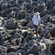 In grazia di Dio: Edoardo Winspeare passeggia sulle rocce sul set del film