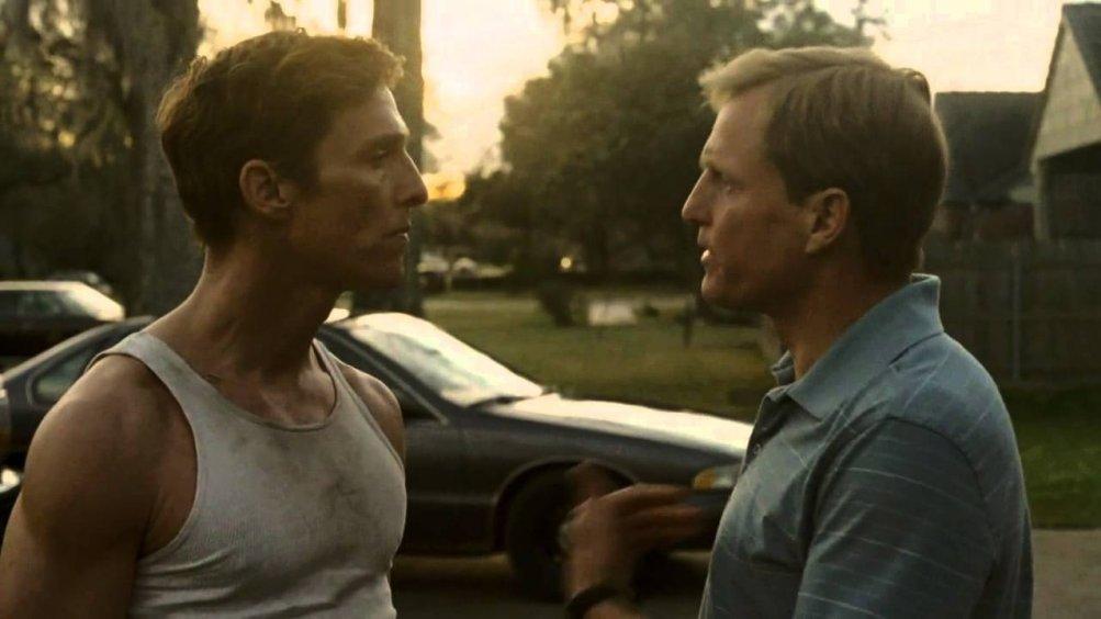 True Detective: Matthew McConaughey e Woody Harrleson durante una scena dell'episodio The Locked Room