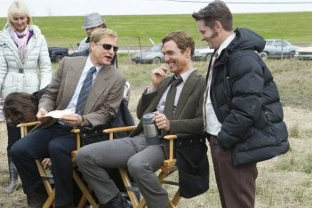 True Detective: Mattew McCoanughey, Shea Whigham e Woody Harrleson sul set dell'episodio The Locked Room