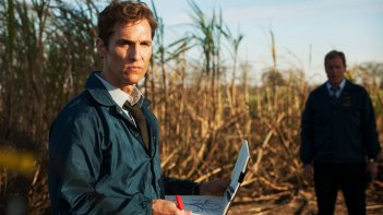 True Detective: Matthew McConaughey e sullo sfondo Woody Harrelson nell'episodio The Long Bright Dark