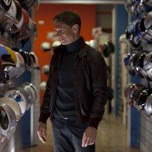 Nottetempo: Giorgio Pasotti in un negozio di attrezzature per motociclisti in una scena del film