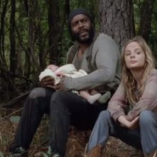 The Walking Dead: Chad L. Coleman con Brighton Sharbino in una scena dell'episodio Il bosco