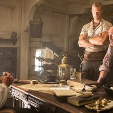 Black Sails: Toby Stephens, Tom Hopper e Mark Ryan in una scena del secondo episodio della prima stagione