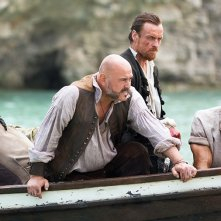 Black Sails: Tom Hopper e Mark Ryan in una scena del secondo episodio della prima stagione