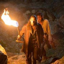 Black Sails: Zack McGowan e Toby Schmitz in una scena del secondo episodio della prima stagione