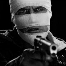 Sin City - Una donna per cui uccidere: un primo piano di Josh Brolin bendato dopo l'intervento chirurgico