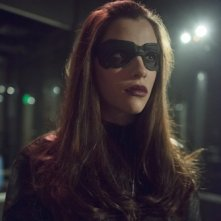 Arrow: Jessica de Gouw durante una scena dell'episodio Birds of Prey della seconda stagione