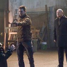 Arrow: Stephen Amell con Alexei Leonov, Eugene Lipinski nell'episodio Suicide Squad