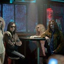 Only Lovers Left Alive: Mia Wasikowska, Anton Yelchin, Tom Hiddleston e Tilda Swinton in un locale