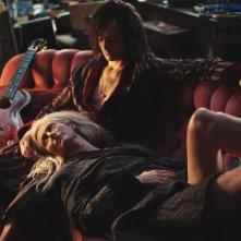 Only Lovers Left Alive: Tilda Swinton e Tom Hiddleston sdraiati sul divano
