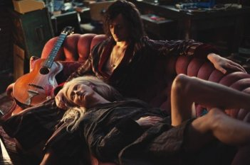 Only Lovers Left Alive: Tilda Swinton e Tom Hiddleston sdraiati sul divano