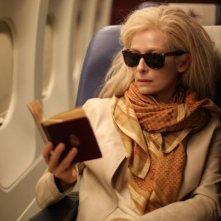 Only Lovers Left Alive: Tilda Swinton legge in aereo