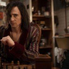 Only Lovers Left Alive: Tom Hiddleston con lo sguardo corrucciato di fronte a una scacchiera