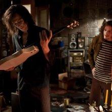 Only Lovers Left Alive: Tom Hiddleston osserva una chitarra insieme a Anton Yelchin