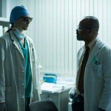 Only Lovers Left Alive: Tom Hiddleston travestito da medico a confronto con Jeffrey Wright