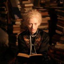 Only Lovers Left Alive: un primo piano di Tilda Swinton intenta a leggere