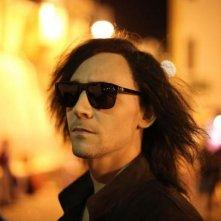 Only Lovers Left Alive: un primo piano di Tom Hiddleston con parrucca e occhiali da sole