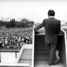 Quando c'era Berlinguer: Enrico Berlinguer di spalle durante un comizio in una scena del film