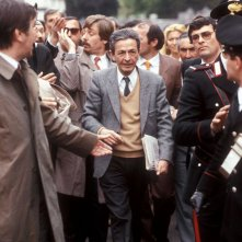 Quando c'era Berlinguer: Enrico Berlinguer in mezzo alla folla in una scena del film
