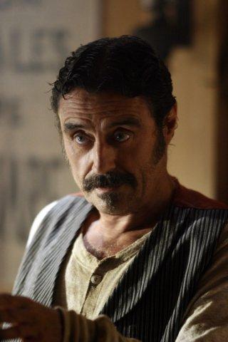 Deadwood: Ian McShane in un'immagine della prima stagione