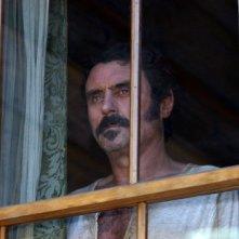 Deadwood: Ian McShane in una scena della prima stagione della serie