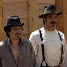 Deadwood: Timothy Olyphant con John Hawkes nella prima stagione della serie