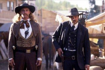 Deadwood: Timothy Olyphant e Keith Carradine in un'immagine della prima stagione