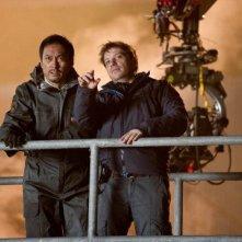 Godzilla: il regista Gareth Edwards spiega una scena a Ken Watanabe