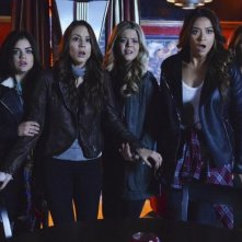 Pretty Little Liars: Sasha Pieterse, Ashley Benson, Troian Bellisario, Shay Mitchell e Lucy Hale nell'episodio A is for Answers