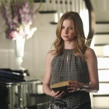 Revenge: Emily VanCamp in una scena dell'episodio Struggle